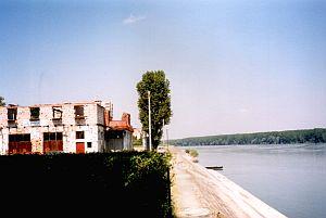 ... ヴコヴァル:右側はセルビア